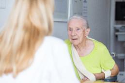Ältere Frau im Gespräch mit ihrer Ärztin