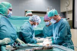 Chirurg Philippe Glauser bei einer Operation