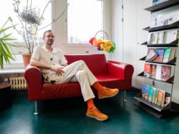 Manuel Jungi sitzt auf dem Sofa