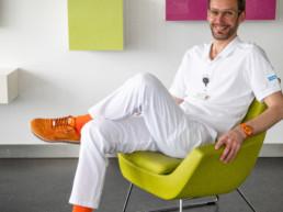 Manuel Jungi auf Sessel