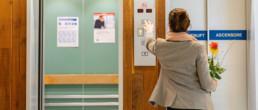 Eine Angehörige besucht jemanden im Spital