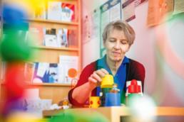 Kinderärztin Brigitte Niederer mit Spielzeug