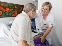 Ein Mann und eine Pflegerin auf der Palliativstation