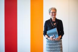 Monika Hagi vor den farbigen Elementen im Neubau