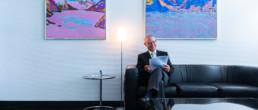 Martin Hatzinger sitzt auf einem Sofa