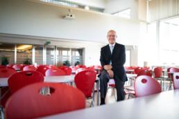 Martin Hatzinger sitzt im Restaurant der Psychiatrischen Diensten