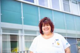Karin Jordi vor dem Kantonsspital Olten