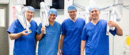 Vier Chirurginnen und Chirurgen vor dem Da Vinci