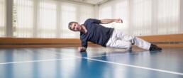 Physiotherapeut Hanspeter Studer zeigt die Übung Seitstütz.