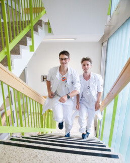 Die Ärzte Tobias Schön und Basil Ryser rennen die Treppe hoch