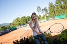 Céline Bürgi spielt Tennis