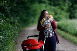Kontesa Jakupi hält ihr Baby in den Armen