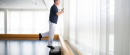 Der Physiotherapeut zeigt eine Übung