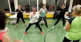 Die Teilnehmerinnen imitieren die Bewegungen der Leiterin
