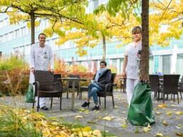 Die Brustkrebs-Patientin, ihr behandelnder Arzt und ihre behandelnde Pflegefachfrau