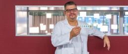 Sascha Mandic, stellvertretender Chefarzt zeigt eine Schmerz-Skala