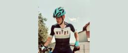 Sacha De Carlo steht vor seinem Bike